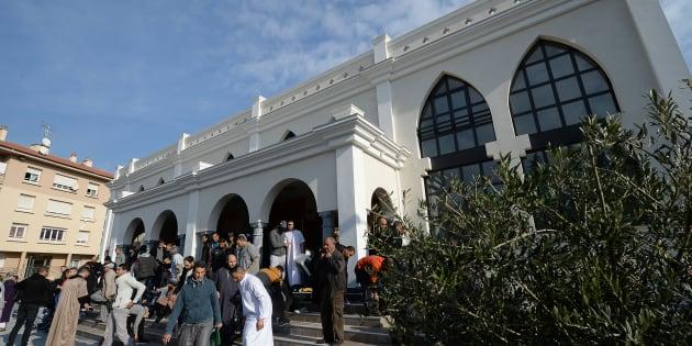 Des fidèles quittent la mosquée de Fréjus, le 22 janvier 2016.