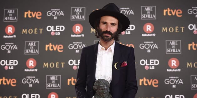 El cantante Leiva con el Goya a la mejor canción original por 'La Llamada'.
