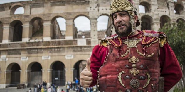 28/04/17,Roma. Centurioni tornano al Colosseo dopo l'annullamento dell'ordinanza che vietava ai centurioni di sostare nei pressi del Colosseo e di altri monumenti della capitale.