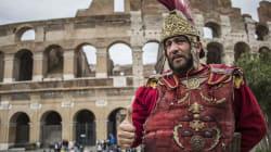 La Raggi manda in vacanza i centurioni: via da Colosseo e monumenti. E per chi trasgredisce la multa è