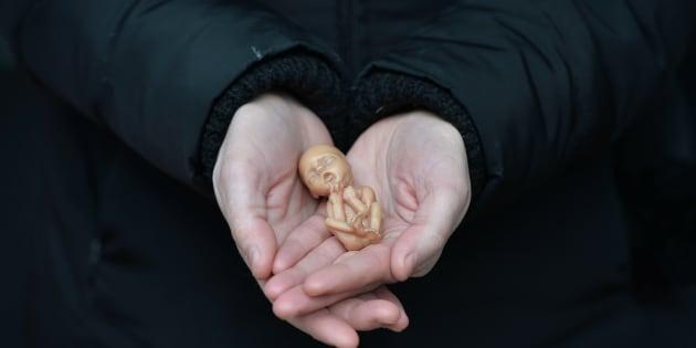 Resultado de imagem para feminista querendo aborto