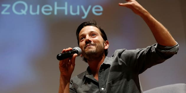 El actor mexicano Diego Luna da un discurso mientras participa en el lanzamiento de una campaña de las Naciones Unidas para proteger a los niños refugiados que viajan desde Centroamérica solo a los Estados Unidos.