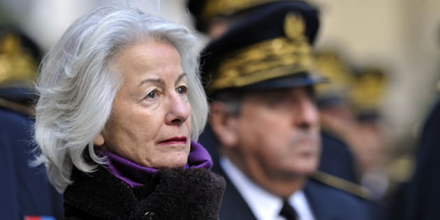 Dominique Erignac, la veuve du préfet assassiné il y a vingt ans, doit prendre la parole avant le président de la République.