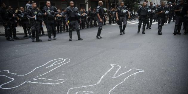 Ativistas e moradores de comunidades carentes de Copacabana protestam nas ruas do bairro contra a violência policial nas favelas.