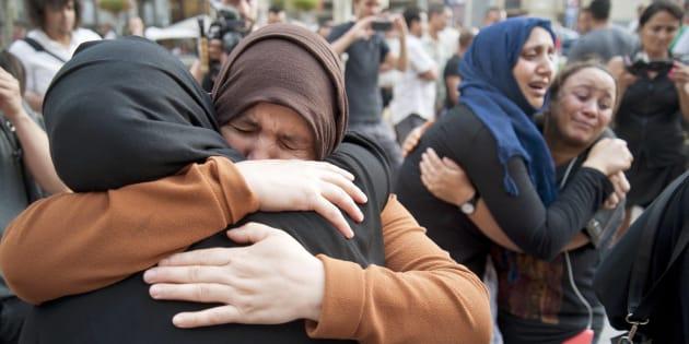 Varias mujeres familiares de los jóvenes de Ripoll (Girona), durante la concentración de repulsa por los atentados.