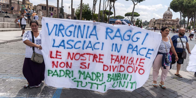 ROME, ITALY - JUNE 22: Demonstration of the Roma nation under the Capitol to protest against the eviction of containers owned by the municipality of Rome at Camping River inhabited by about 400 by Romanian roma on June 22, 2018 in Rome, Italy. The protesters accuse the Chief of the Local Police of Rome Antonio Di Maggio and the Mayor of Rome Virginia Raggi of acting outside the law because Resolution 70 is not respected and because of the desire to divide Roma families.(Photo by Stefano Montesi - Corbis/Getty Images)