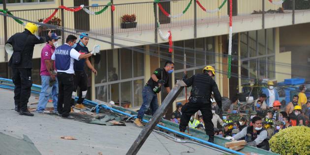 Rescatistas y voluntarios trabajan en las tareas de rescate en el Colegio Enrique Rebsamen el martes 19 de septiembre de 2017 en Ciudad de México.