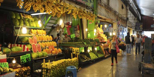 Comerciantes y clientes en la Central de Abastos.