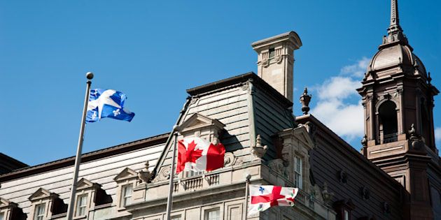 En vertu de la loi, le drapeau du Québec devrait occuper la place centrale sur les édifices municipaux.