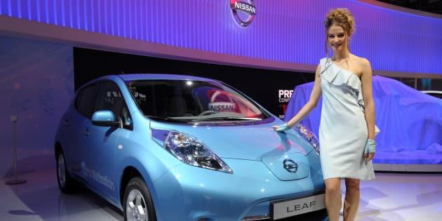 """Qui sont vraiment ces hôtesses du Mondial de l'Automobile à qui l'on fait tant de """"blagues"""" sur leur """"carrosserie""""?"""