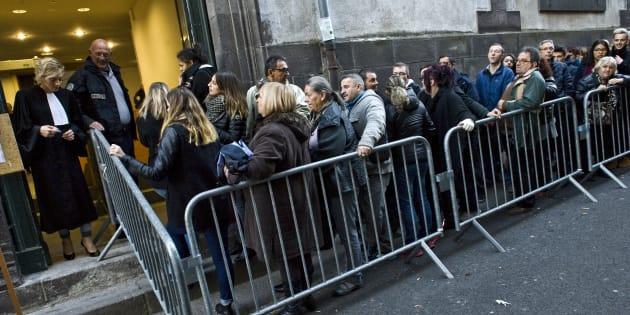 File d'attente à Riom, près de Clermont-Ferrand pour le procès de la mère Cécile Bourgeon et du beau-père de Fiona, Berkane Makhlouf, le 17 novembre, au 2e jour.