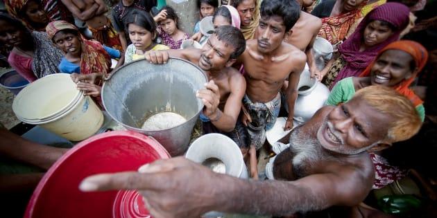 Militares realizam abastecimento de água em Bangladesh.
