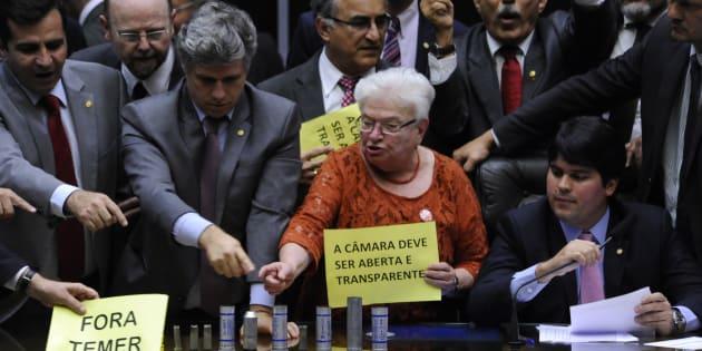 Oposição ocupa Mesa da Câmara dos Deputados em protesto contra o presidente Michel Temer.