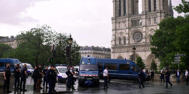 Un policier a été attaqué sur le parvis de Notre-Dame de Paris par un homme muni d'un marteau, qui a été blessé par un tir de riposte, le 6 juin 2017.