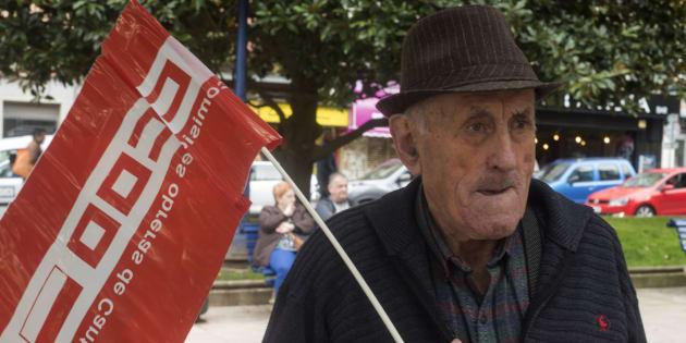 Un jubilado con una bandera del sindicato CCOO en Santander (Cantabria).