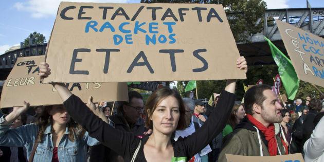 Une manifestante à Paris le 15 octobre 2016 lors d'un rassemblement contre le CETA/TAFTA. (AP Photo/Michel Euler)