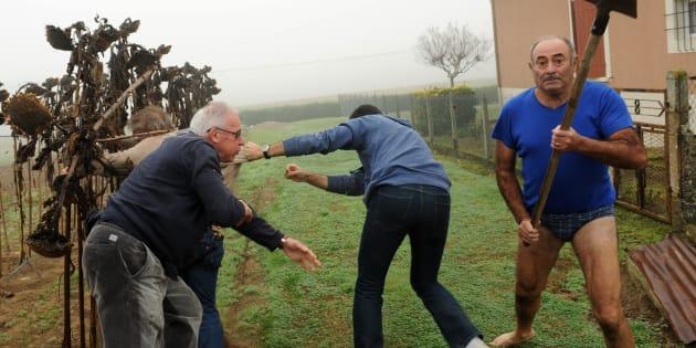 """Le président de la LPO Allain Bougrain-Dubourg est écarté par un habitant après une altercation avec """"l'homme en slip"""", à Audon, dans le sud-ouest de la France."""