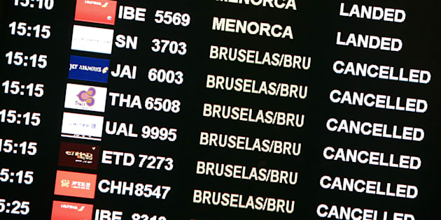 Un panel de llegadas y salidas de vuelos en el aeropuerto de Barcelona en una foto de archivo en 2016.
