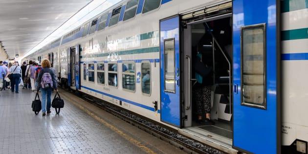 Cade sotto treno.muore 15enne a Torino