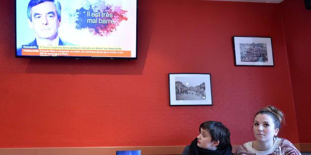 Dans un café de Sablé-sur-Sarthe pendant la conférence de presse de François Fillon le 1er mars 2017.
