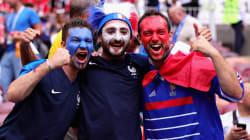 Fumogeni, cori, bandiere: lo show dei tifosi francesi per la finale dei