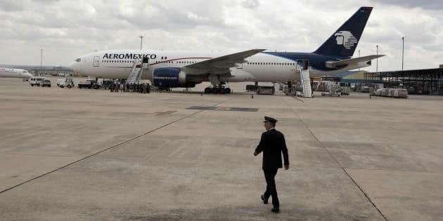 El capitán de Aeroméxico, Francisco Fernández Sarda, camina hacia un Boeing 777 después de pilotear el avión desde Ciudad de México en el primer vuelo transatlántico comercial con biocombustible.
