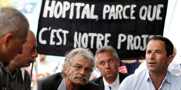 Benoît Hamon, leader du mouvement Génération.s, lors d'une rencontre avec 7 employés en grève de la faim au Centre Hospitalier psychiatrique Du Rouvray à Sotteville-les-Rouen, le 29 mai 2018.