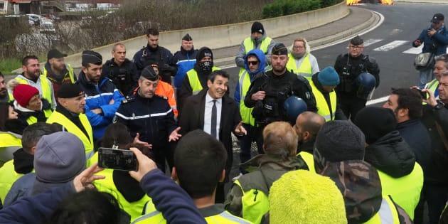 Les gilets jaunes ont une flopée de revendications, des plus loufoques aux plus radicales (ici, le sous-préfet de l'Aude discute avec des manifestants, le 20 novembre dernier)