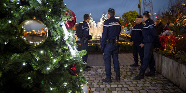 Des gendarmes au marché de Noël à Tours le 23 décembre, alors que la France met en place un important dispositif de sécurité pour les fêtes de Noël.