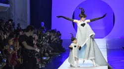 La mannequin Coco Rocha défile enceinte et avec sa fille Ioni