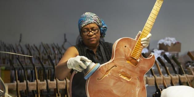 Retrato de una empleada puliendo un instrumento inacabado dentro de la fábrica de guitarra Gibson en Memphis, Tennessee.