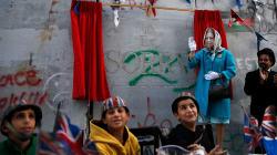VIDEO: En nombre de la reina, Banksy pide perdón a los palestinos con un