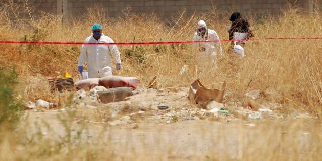 Forenses en el lote donde fue hallado el cuerpo de un menor de 6 años; se presume que sea el del niño Rafael Santilán.
