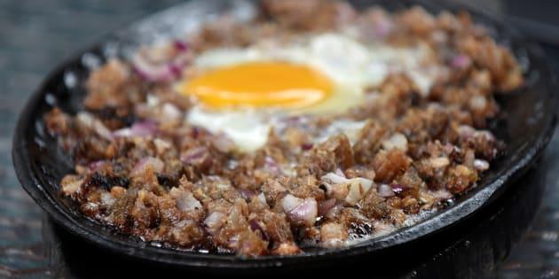 Ce plat philippin à base d'oreilles, de joues et de museau de porc pourrait bien devenir un incontournable.