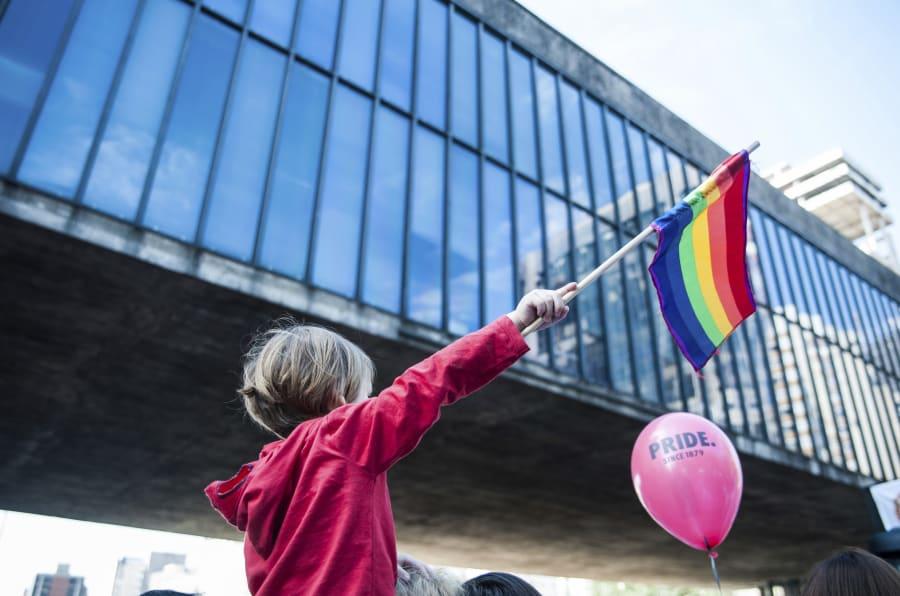 """""""Independente de nossas crenças, nenhuma religião é lei. Todas e todos por um Estado laico"""" é o lema da Parada LGBT de 2017."""