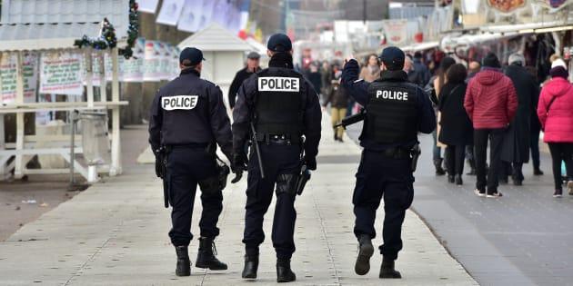 Des policiers sécurisent le marché de Noël des Champs-Élysées le 20 décembre 2016 à Paris.