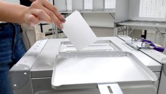 誰に投票したか、証拠を撮影させた? 過熱する沖縄知事選