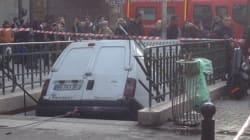 Une camionnette s'encastre dans une bouche de métro à