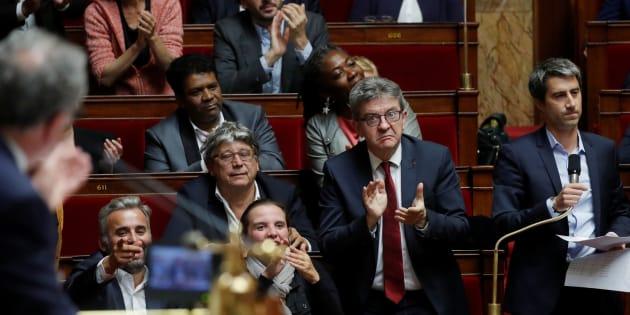 Après la perquisition houleuse au siège de la France Insoumise, Jean-Luc Melenchon est critiqué par LREM mais également soutenu à droite comme à gauche.