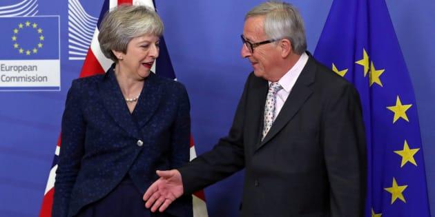 La Première ministre britannique Theresa May et le président de la Commission européenne Jean-Claude Juncker avant le sommet, le 24 novembre à Bruxelles.
