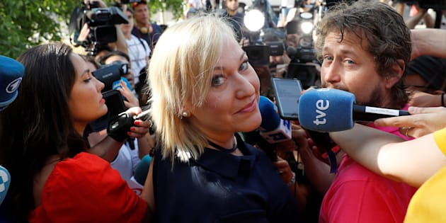 Inés Madrigal, la denunciante, a las puertas de la Audiencia de Madrid.
