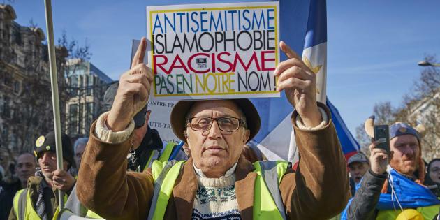 """""""Antisémitisme, islamophobie, racisme, pas en notre nom"""": un gilet jaune défile le 17 février 2019 à l'occasion des 3 mois du mouvement."""