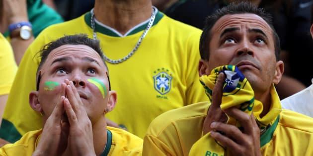 Torcedores assistem ao jogo do Brasil contra a Sérvia em telão em São Paulo.