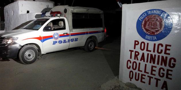 Une voiture de police quitte l'école de police de Quetta après l'attaque terroriste, mardi 25 octobre.