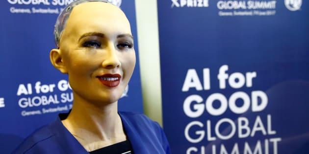 Sophia, un robot intégrant la plus récente technologie en intelligence artificielle lors d'une présentation pour le Sommet mondial «AI for good», à Genève en Suisse, le 7 juillet 2017.
