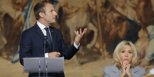 Le Président Emmanuel Macron lors d'un discours à l'Elysée, avec à ses côtés sa femme Brigitte Macron, le 27 septembre 2017.