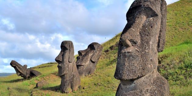 Les fameuses statues Moaï de l'île de Pâques situées dans le sud-est de l'océan Pacifique.