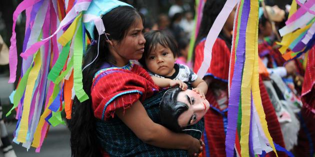 Diablos, Huehues, Chinelos e indígenas Triquis, provenientes de estados como Michoacán, Puebla, Morelos y Oaxaca, realizaron una marcha por calles del centro histórico en el marco del Día Internacional de los Pueblos Indígenas, decretado por la Asamblea General de las Naciones Unidas hace diez años.