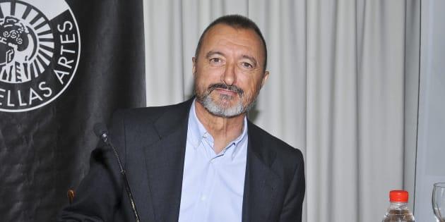 Arturo Pérez-Reverte, retratado en el Círculo de Bellas Artes de Madrid en 2010.