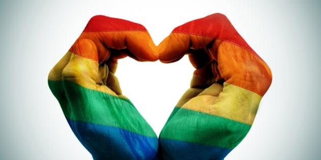 Mains jointes aux couleurs du drapeau LGBT (illustration)